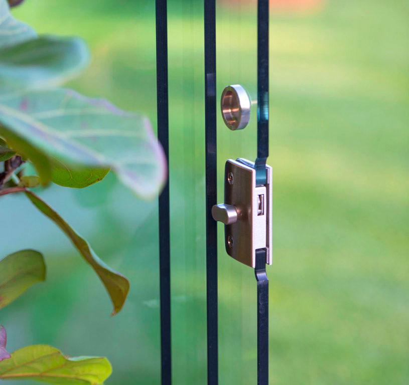 Dettaglio maniglia chiusura porta serramento door glass
