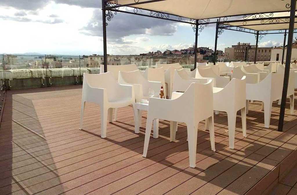 Pavimento per esterno con tavoli e sedie