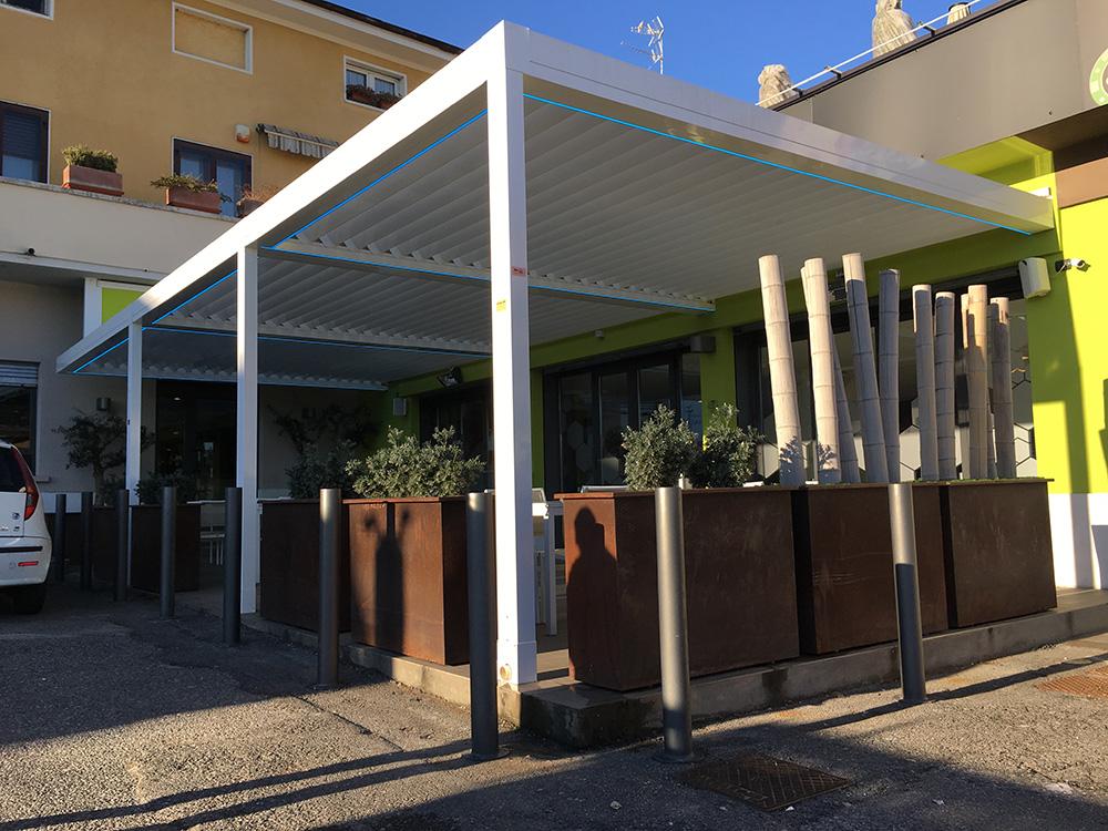 Pergolati in alluminio bioclimatici con led per bar e ristoranti