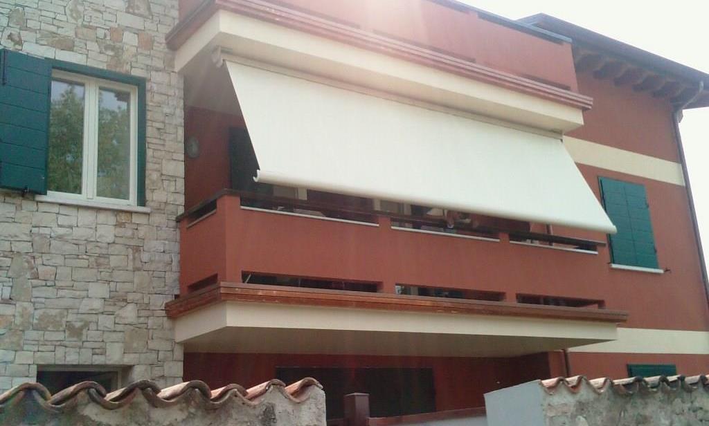 Tenda da sole a bracci con cassonetto su balcone