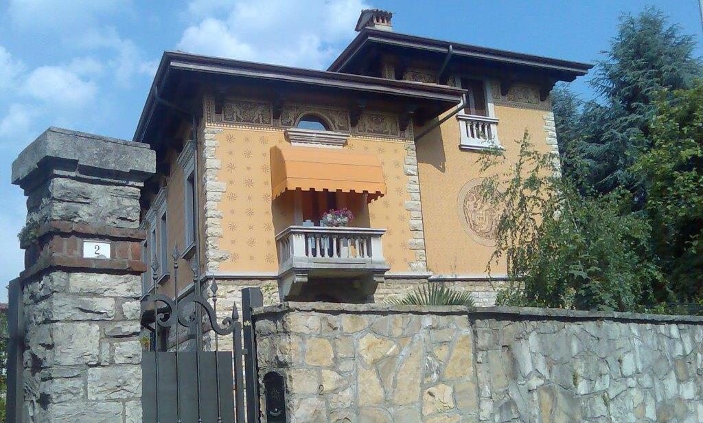Tenda da sole a cappottina per balconcino