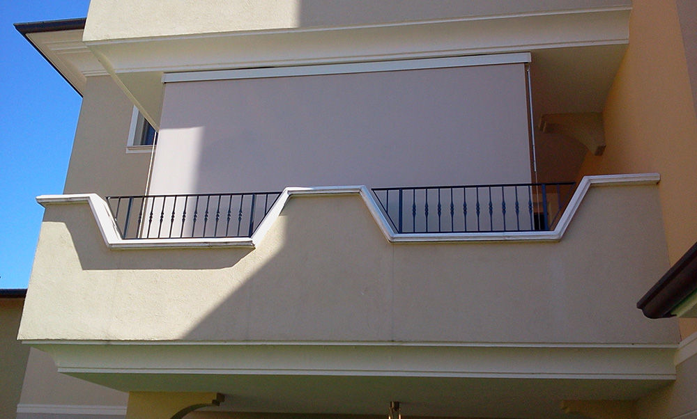 Tenda da sole a rullo con cavi per balcone