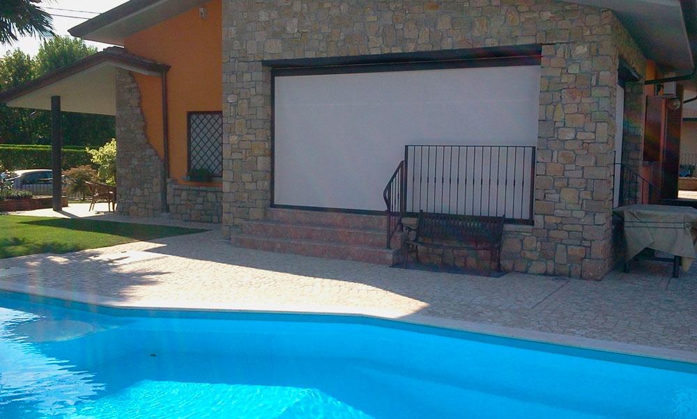 Tenda da sole a caduta con guide vicino a bordo piscina